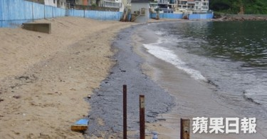 Oil spills washed up in Cheung Chau beach