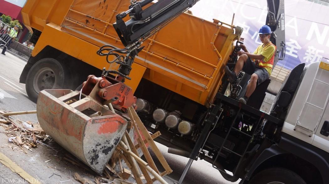 Mong Kok clearing barricades