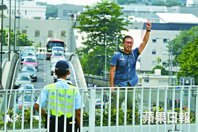 Au Yeung scales occupy bridge