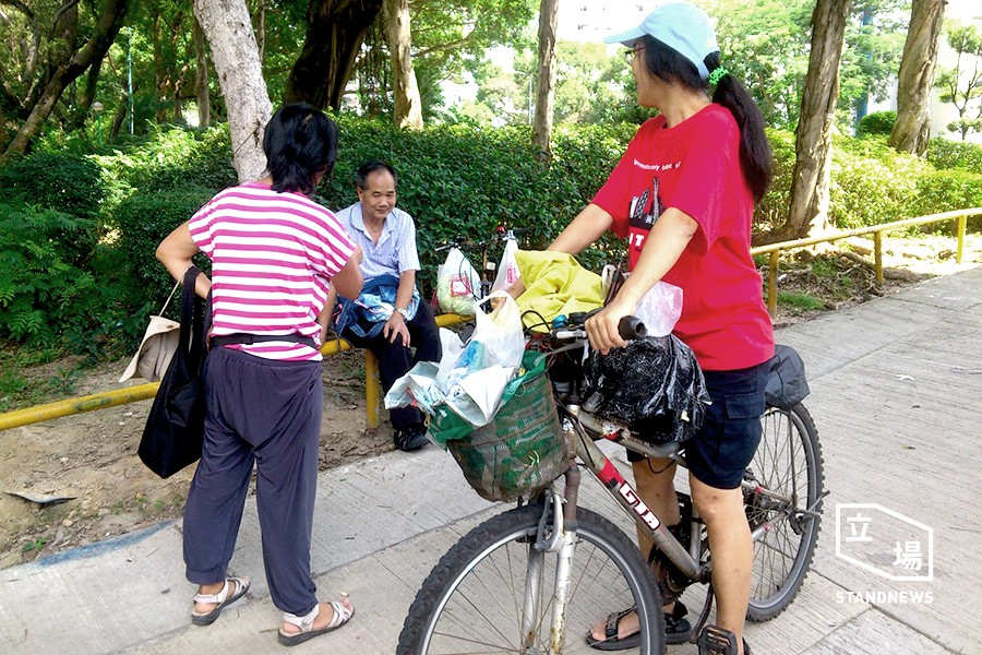 shatin elderly offering bike repairing