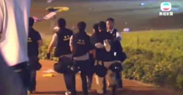 Policemen carrying Tsang away. Photo: TVB.