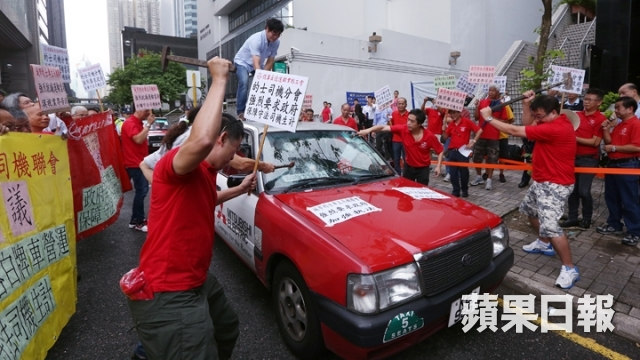 Taxi drivers smashed a taxi in a protest against illegal carriage of passengers.