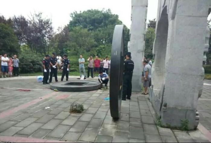 The fallen coin sculpture. Photo: ifeng.