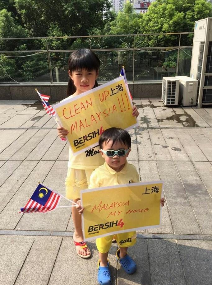 Kids join the anti-Najib rally in Shanghai. Photo: Bersih Shanghai via Facebook