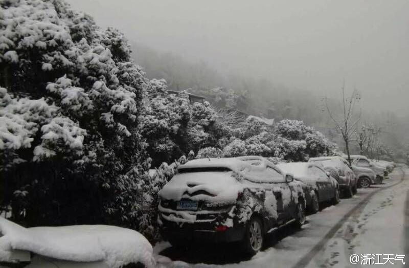 Cars stuck in snow in Hangzhou