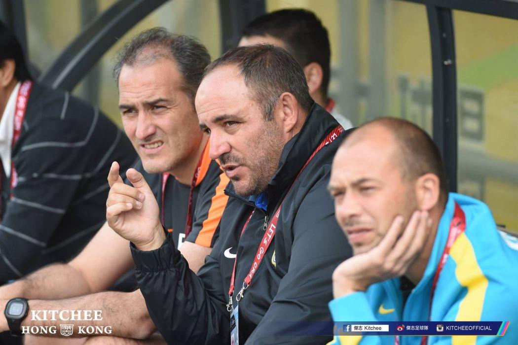 Abraham García coaching at the bench.