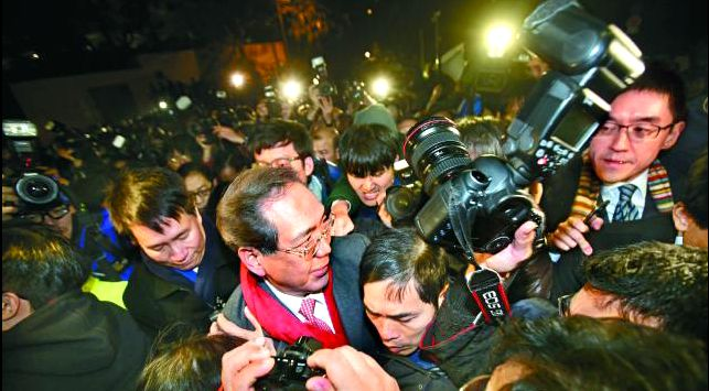 Arthur Li being surrounded.