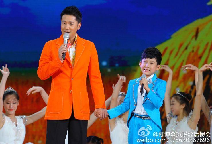 Liu Bo performs on stage