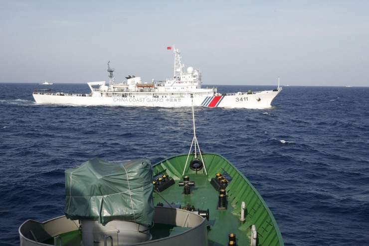 A Chinese Coast Guard ship (top) is seen near a Vietnam Marine Guard ship in the South China Sea, about 210 km (130 miles) off shore of Vietnam, in this May 14, 2014 file photo.  Photo: Reuters.