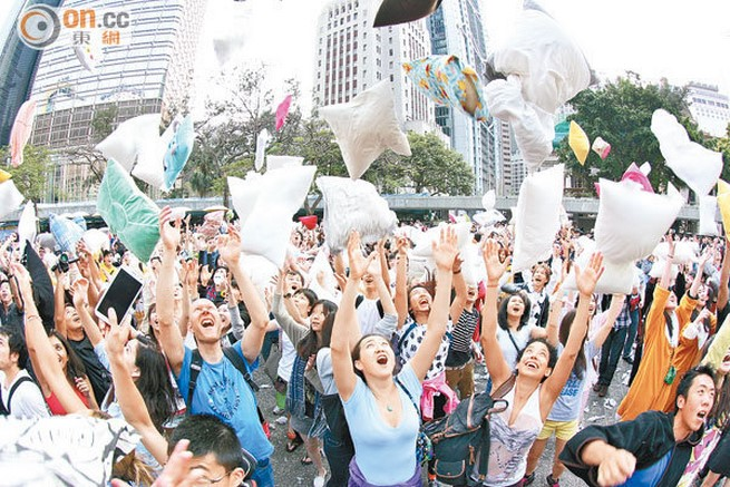 pillow fight day 2015