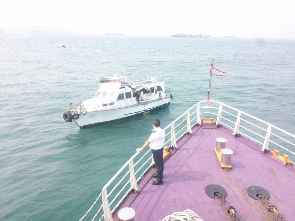 Ferry clashes with junk boat at sea near Sai Wan. Photo: Facebook/hkincident.