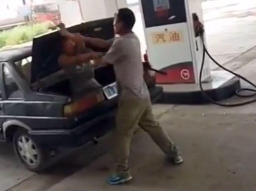 Hebei man stuffs woman in trunk