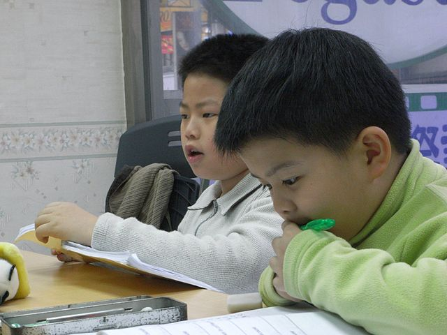 students study chinese