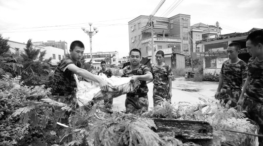 The story about the Frontier Defence Corps doing clean up work in Wukan village on September 11 appears in the digital version of Guangzhou's Southern Metropolis Daily on September12.