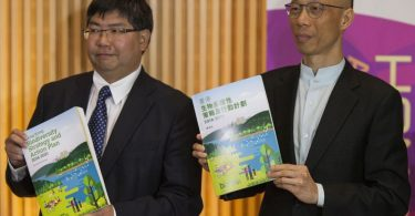 AFCD director Leung Siu-fai (left) and the Secretary for the Environment Wong Kam-sing (right).