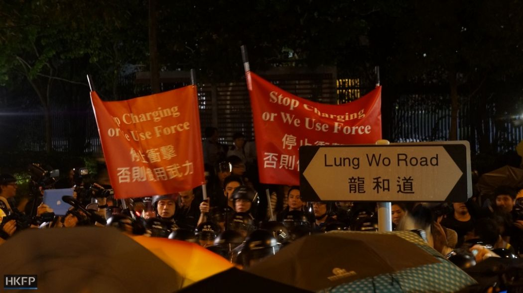 police umbrella lung wo road unrest Occupy Central, Sunday 30 (361) (Copy)