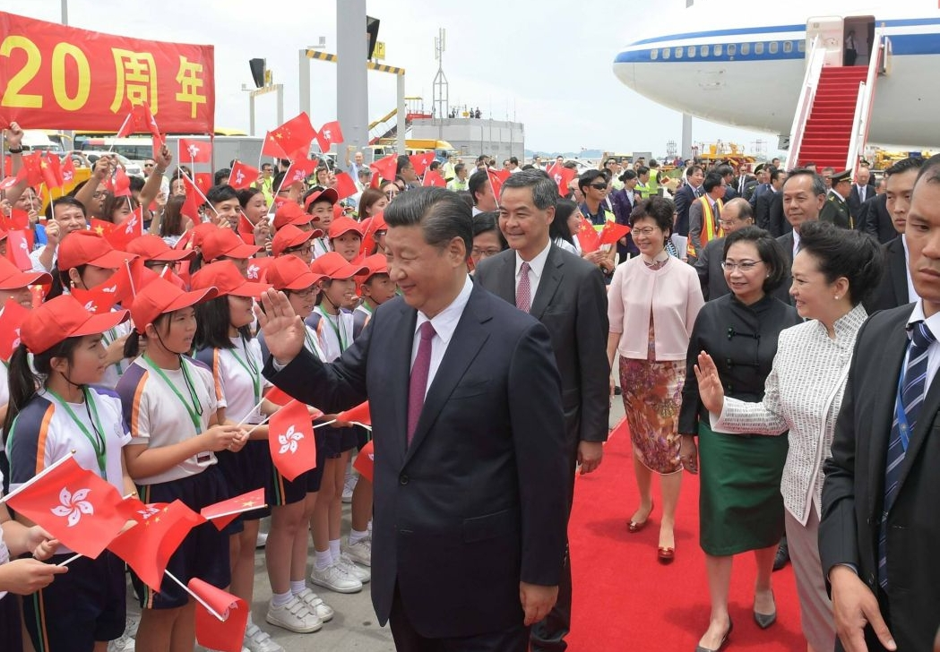 xi jinping peng liyuan handover airport cy leung chun ying