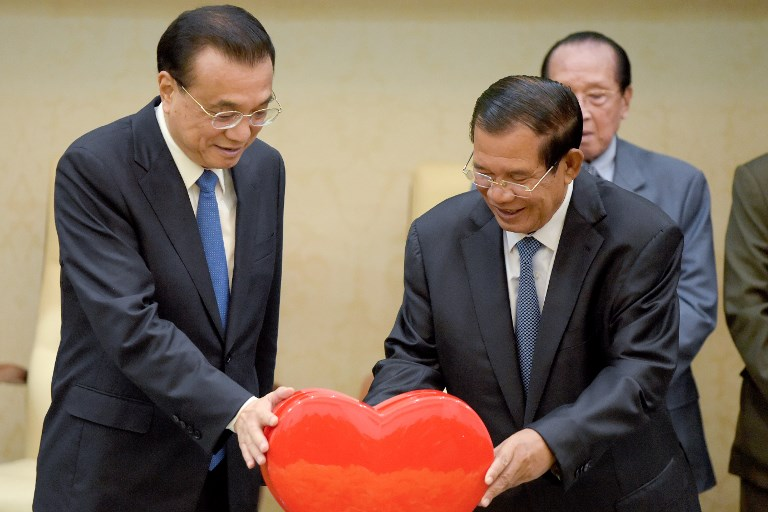 Chinese Premier Li Keqiang (L) and Cambodian Prime Minister Hun Sen