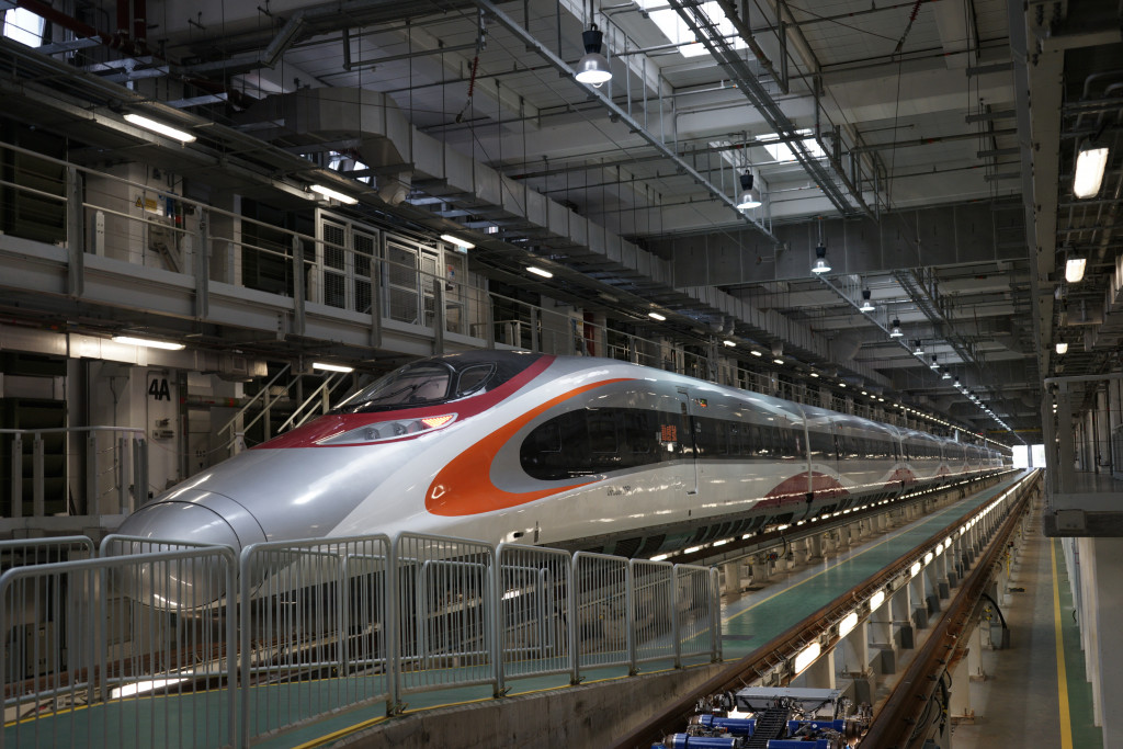 Hong Kong: first high-speed train to mainland China departs
