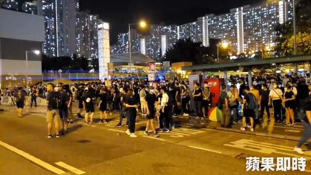 Lung Cheung Road blocked