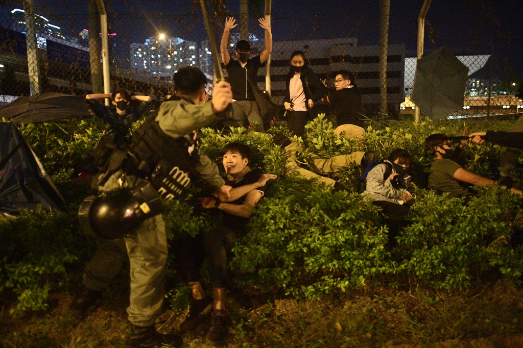 "Hong Kong Polytechnic University PolyU protesters ""November 20"" arrest police baton"