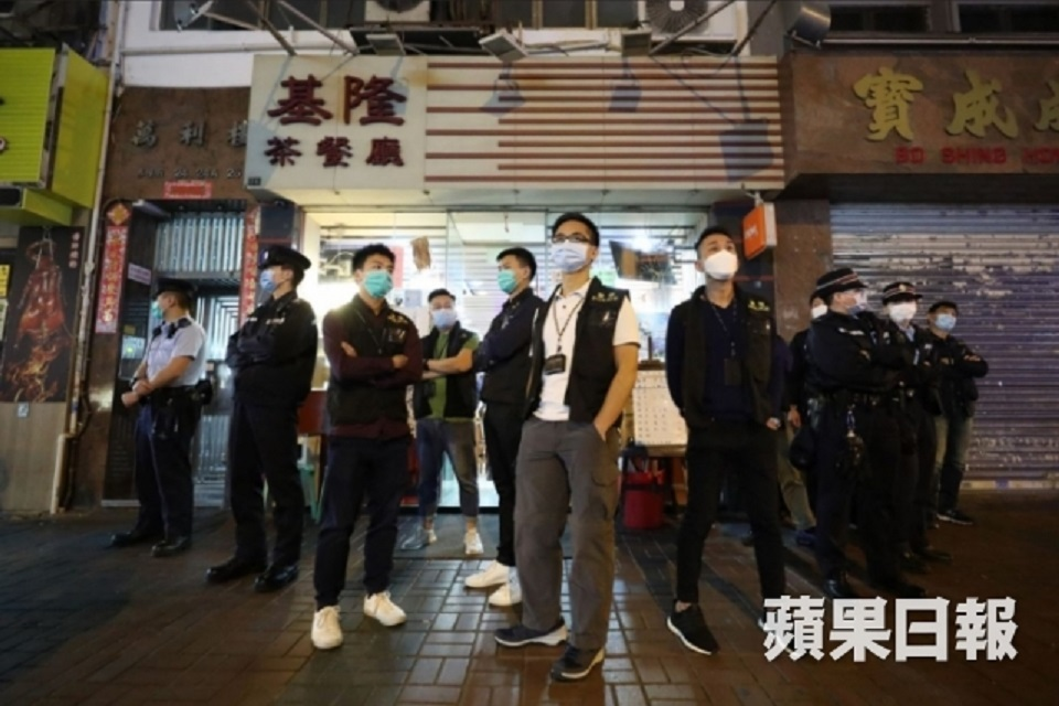 Police at Ki Lung Tea Restaurant. Photo: Apple Daily.
