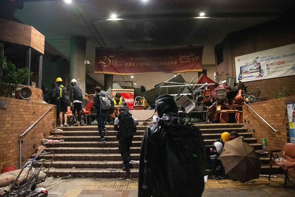 poly-u barricade protesters