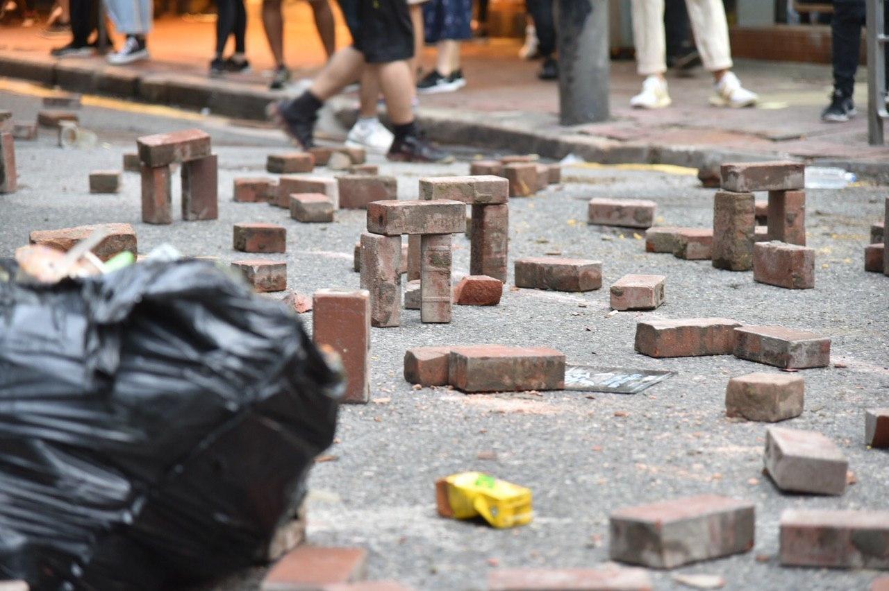 batu bata protes maret lima tuntutan 1 Juli 2020 jalan lintas teluk