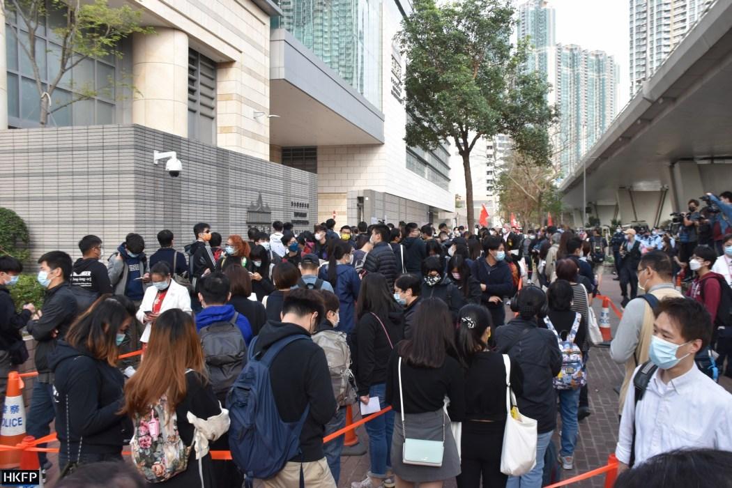 Orang-orang mengantri di luar Gedung Pengadilan Hukum Kowloon Barat